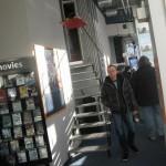 Postproduktionsexperten betreten das Kino.